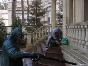 Очистка всей площади фасада, а особенно проблемных мест, ручным и механическим способом